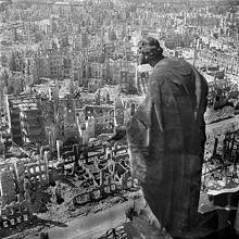 德國東部大城德勒斯登在二戰期間被炸得面目全非,圖為1945年從市政廳俯瞰全城。取...