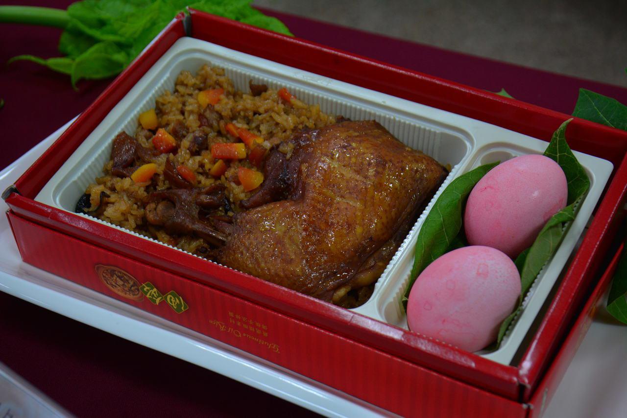 山上區公所今年推出銷魂木瓜油飯雞腿彌月禮盒。記者吳淑玲/攝影
