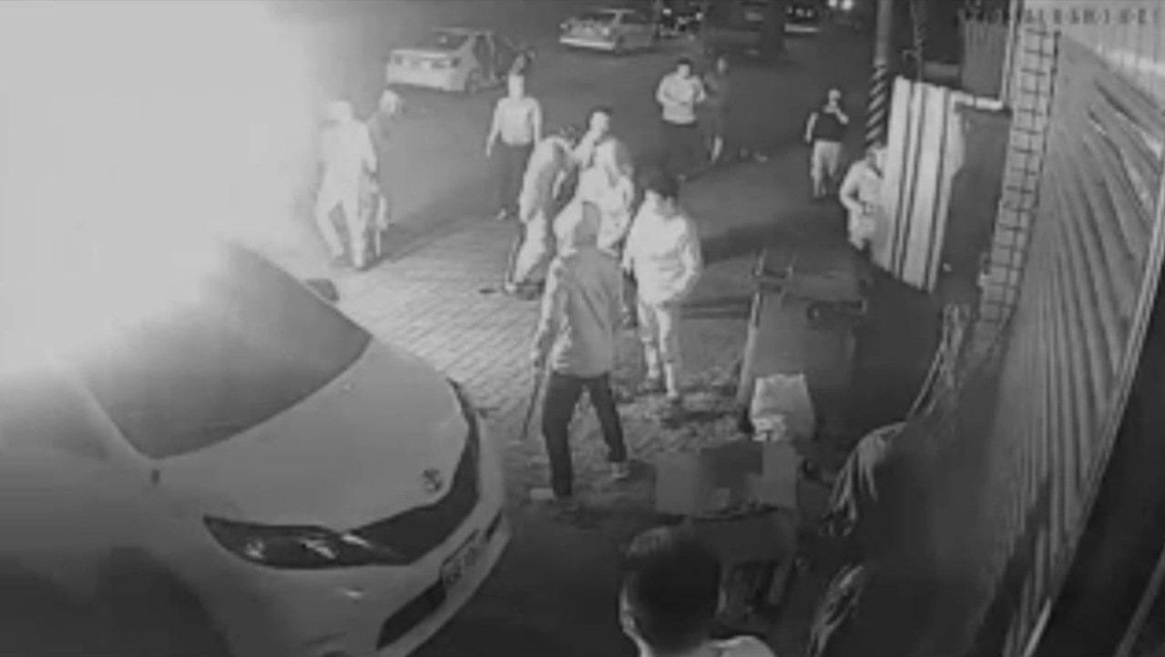 台中市陳姓商人因有900萬的債務糾紛,他的轎車被歹徒丟擲信號彈、住處被歹徒砸爛。...