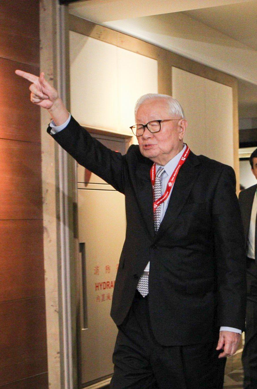 台積電30周年慶下午在君悅飯店舉行,台積電董事長張忠謀中場休息時,向在場守候的媒...