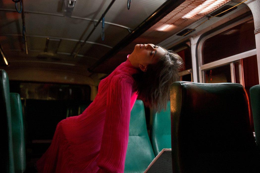 孫燕姿自編自導「跳舞的梵谷」MV。圖/環球國際唱片提供