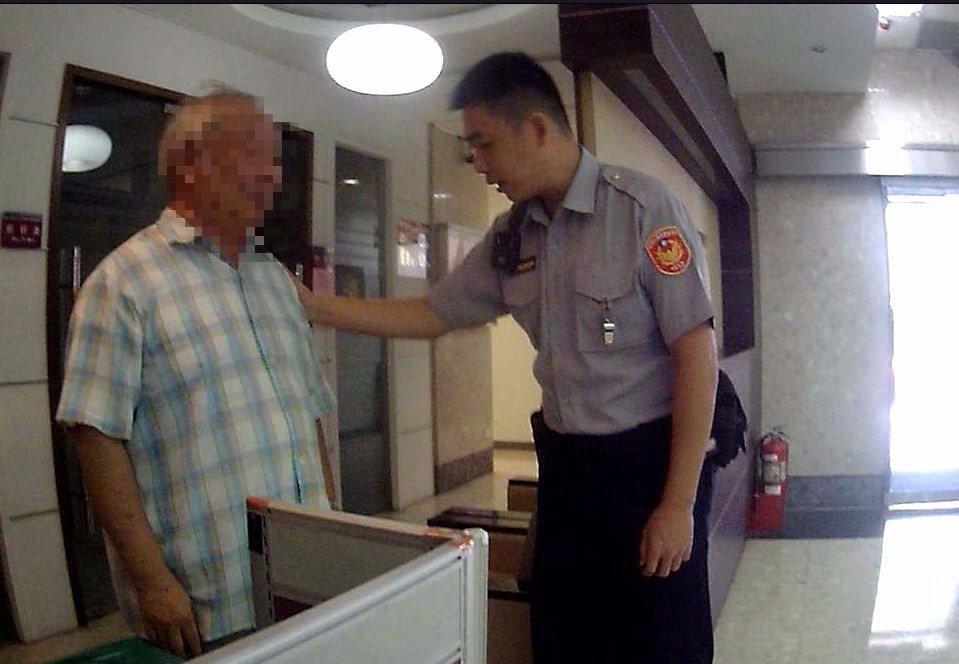 經保七員警不斷勸說,邱翁才說他的台銀存摺、提款卡與密碼已被「檢察官」拿走。圖/翻...