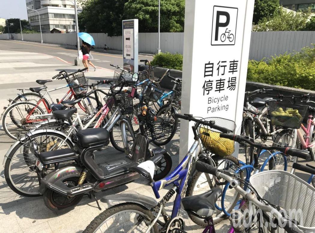台中車站的自行車停放區車滿為患,自行車、電動車搶車位。記者洪敬浤/攝影