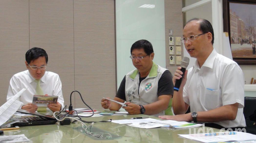 環保局長張志誠(右)說,若以一戶15坪的住家屋頂來說,含儲能系統在內,太陽光電設...