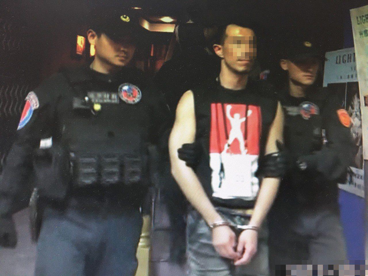 張姓大學講師在三溫暖內被查獲毒品與吸食器,遭警方送辦。記者廖炳棋/翻攝