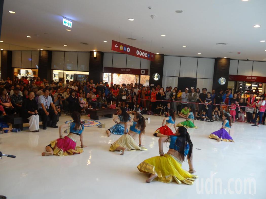 故宮南院「舞動寶萊塢」演出,由新月寶萊舞團及蝶舞舞蹈中心表演。記者魯永明/攝影