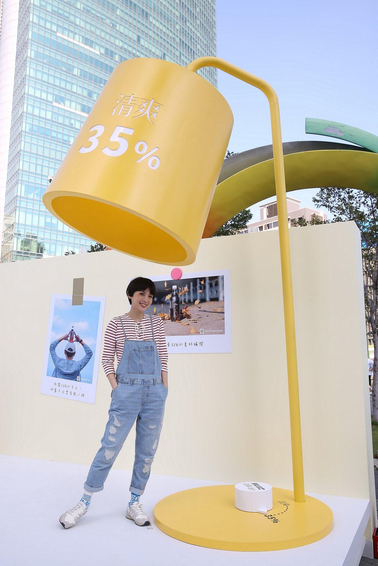 娃娃魏如萱參觀10米大巨型「清爽der風格書桌」裝置展。圖/黑松提供