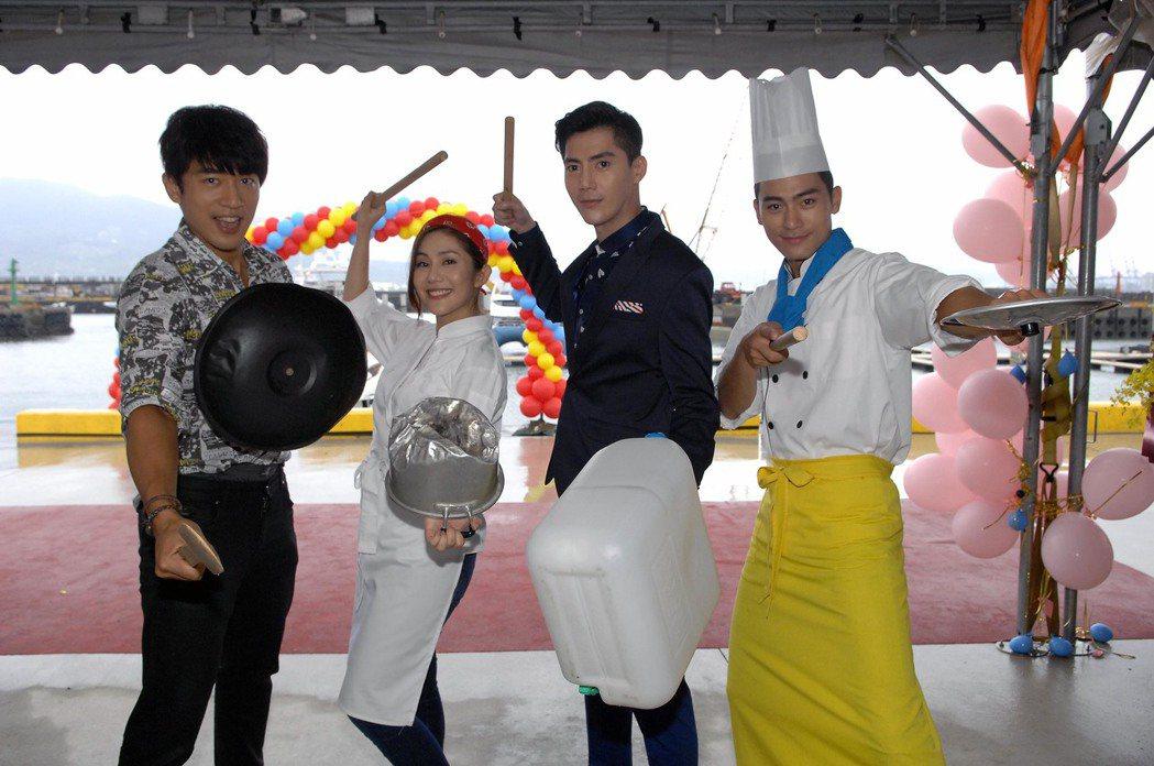 李政穎(左起)、王宇婕、王凱、徐愷拍攝遊艇派對處女航的上菜表演秀。圖/華視提供