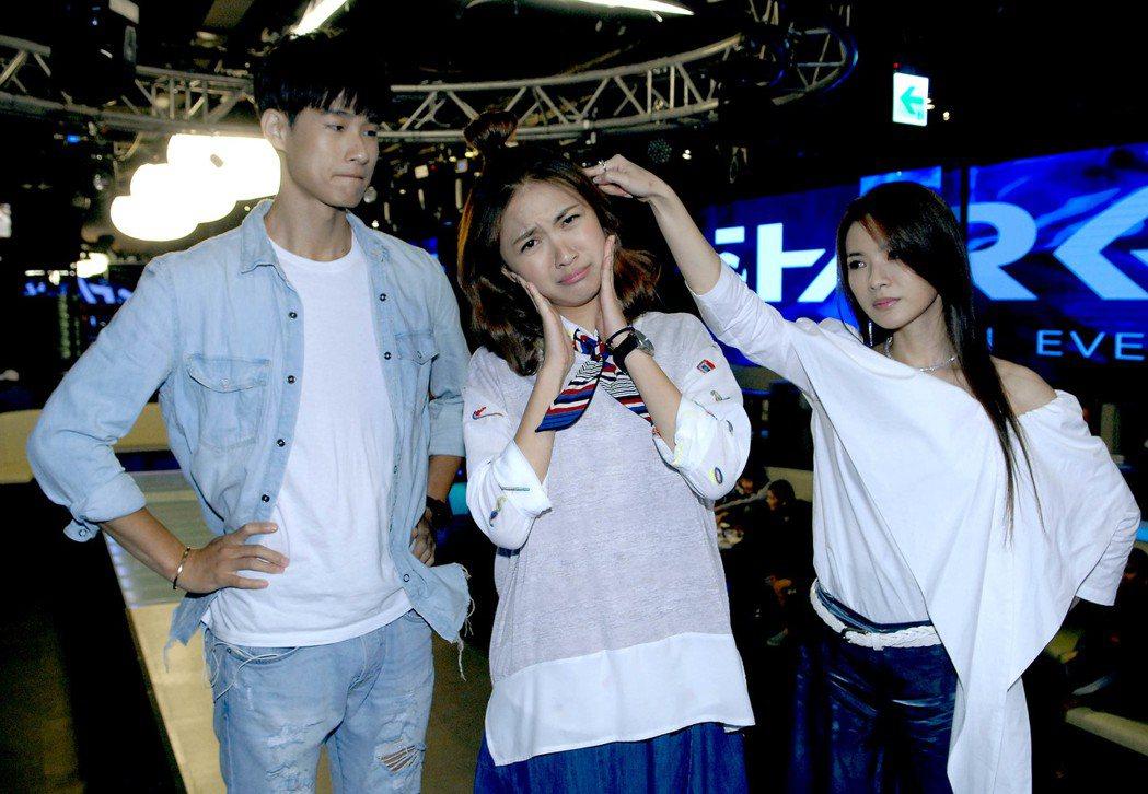 盧彥澤(左起)、林玟誼、星卉在時尚夜店拍攝服裝秀戲碼。圖/華視提供