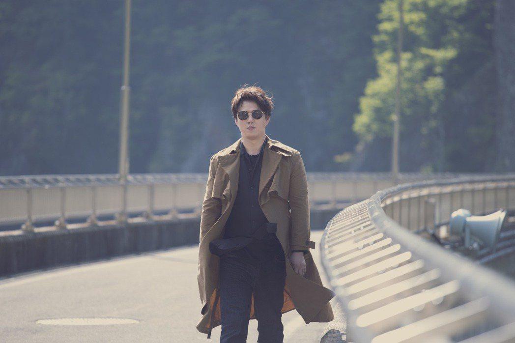 蕭煌奇為新專輯遠赴北海道札榥拍攝專輯封面與MV。圖/華納音樂提供
