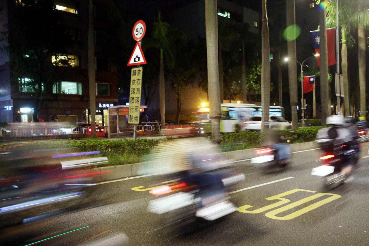 衛福部常次薛瑞元日前在失智研討會中表示市區的車速,應從速限40公里降到20公里,...