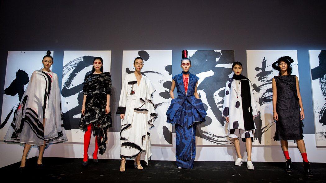 《讀衣II》時尚X藝術跨界展於松山文創園區4號倉庫登場。圖/誠品提供