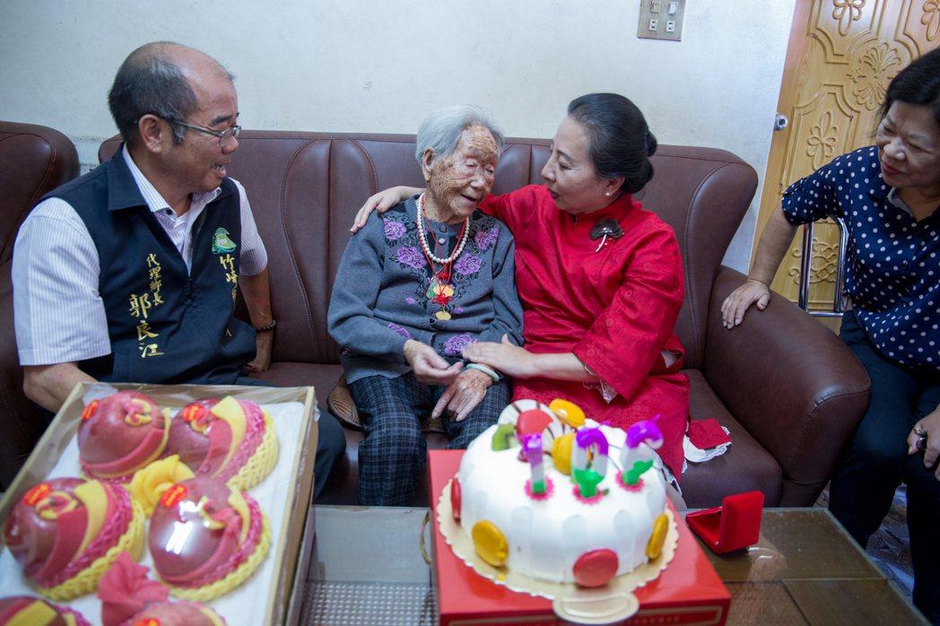高齡105歲的許邱首發現金鎖片變小了。圖/竹崎鄉公所提供