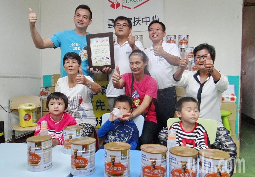 雲林家扶中心感謝善心人士黃鴻祺和蔡議員送來大批牛奶,讓弱勢孩子一樣長得健康強壯。...