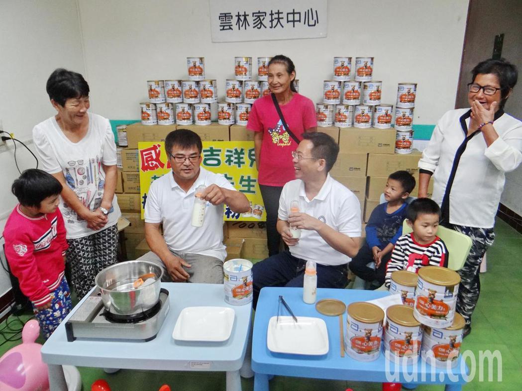 當父親不久的雲林縣議員蔡岳儒(左三)示範泡牛奶,結果泡得里里落落,引來全場大笑,...