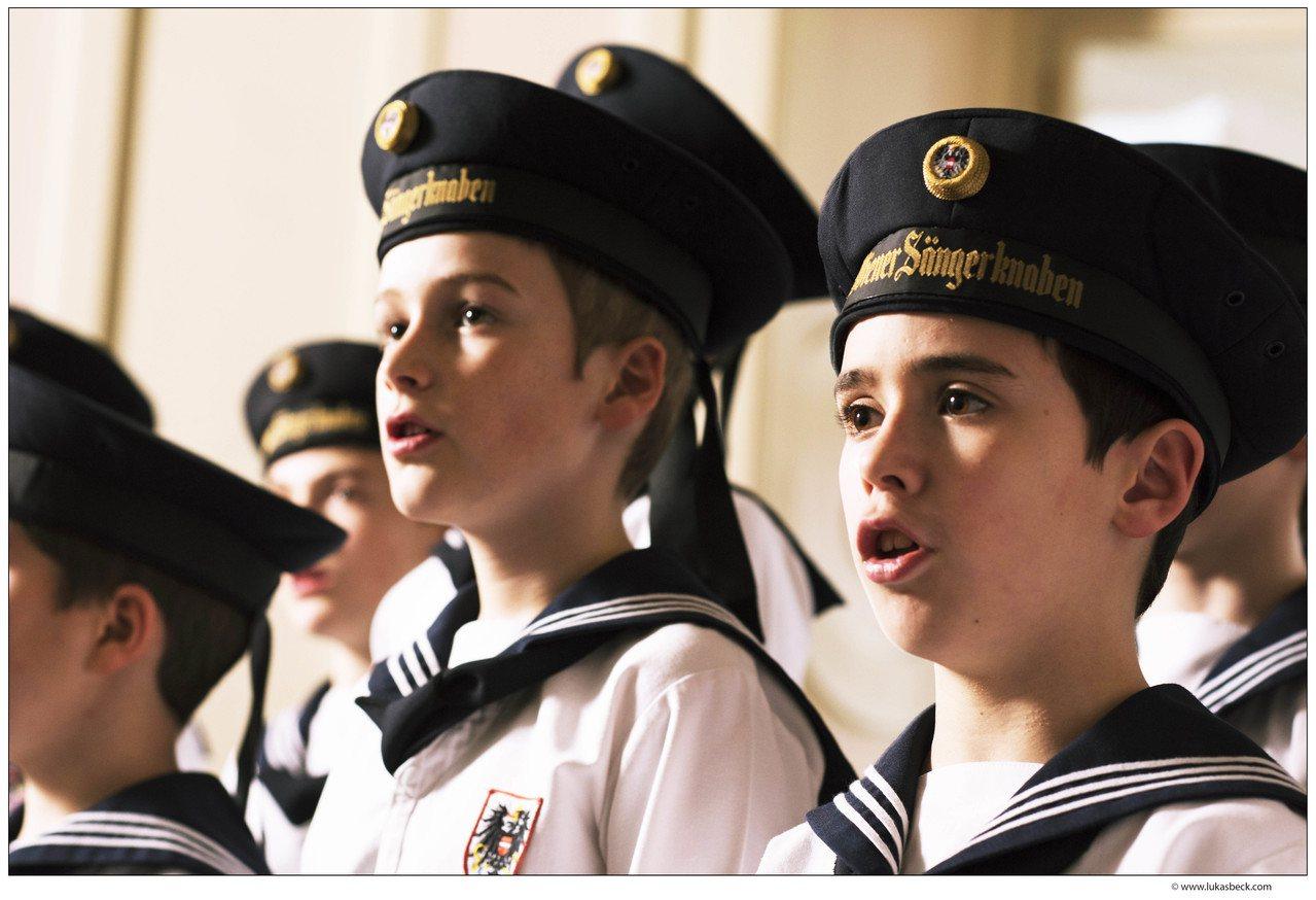 維也納少年合唱團由一群身穿藍色水手服、9至14歲的男孩組成,其特殊裝扮已成為著名...