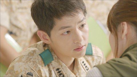 「兵役」是每位韓國男星都必須面臨的關卡,又被視為「兵役魔咒」。在各類型小鮮肉前仆後繼的演藝圈中,為了當兵暫停工作近2年,粉絲很有可能就此變心。有的藝人當完兵後男人味大增,運勢一飛衝天;有的藝人卻被閃...