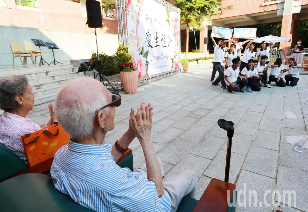 中山大附中學生獻上饒舌版的「春天從高雄出發」,博余爺爺、余奶奶一笑。記者劉學聖/...