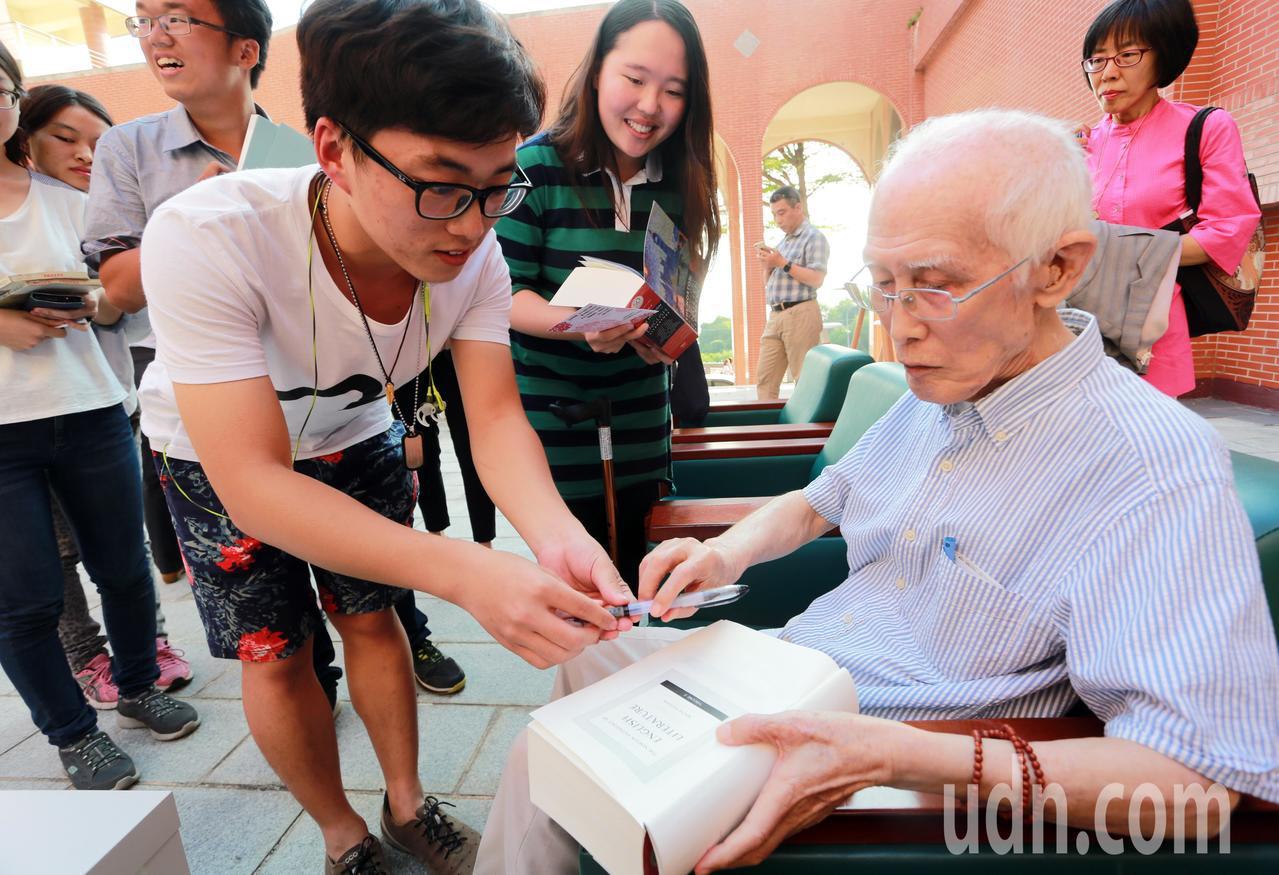 學生難得看到名聞遐邇的詩人余光中,趕緊把握機會索取簽名。記者劉學聖/攝影