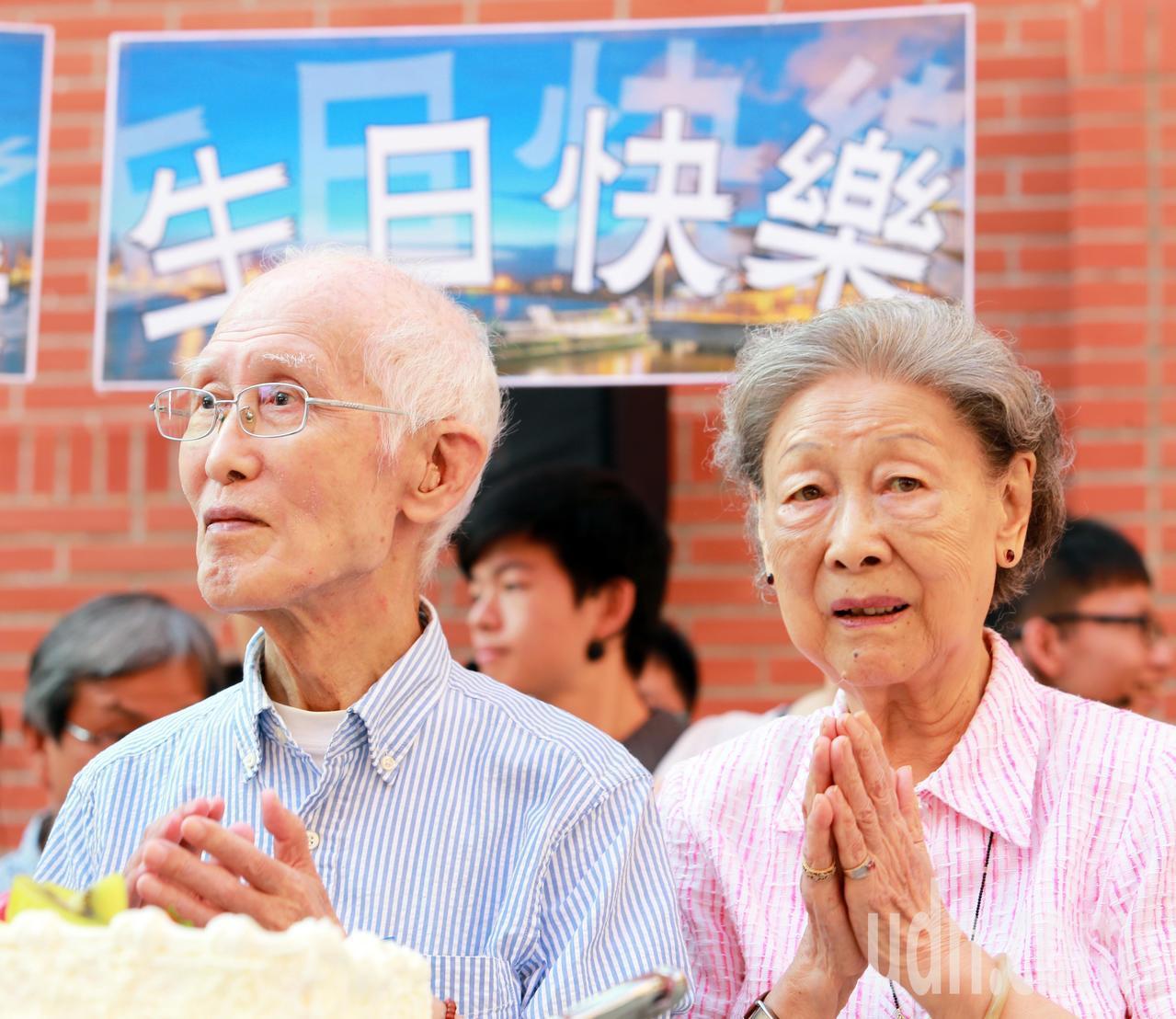 詩人余光中(左)與妻子范我存(右)走過六十一年漫漫婚姻路。記者劉學聖/攝影