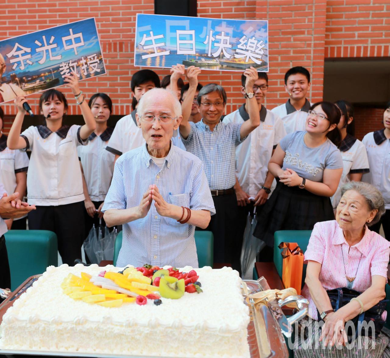 詩人余光中九十大壽,許願「天佑台灣、天佑西子灣!」記者劉學聖/攝影