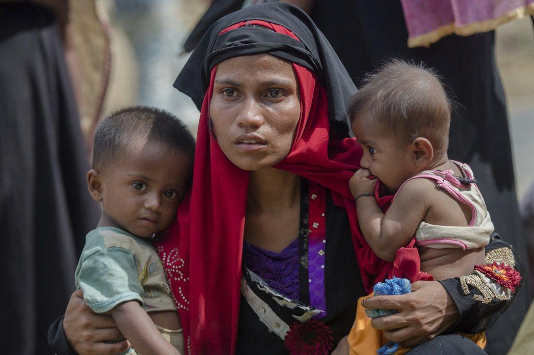 一名逃到孟加拉的洛興雅難民母親抱著兒女。美聯社