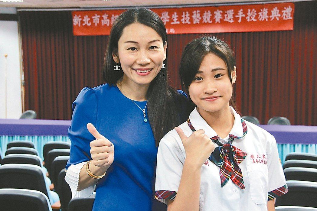 樹人家商美容科王彥婷(右)高中起就當洗頭妹打工幫忙家計,主任謝沛蓁(左)鼓勵她用...