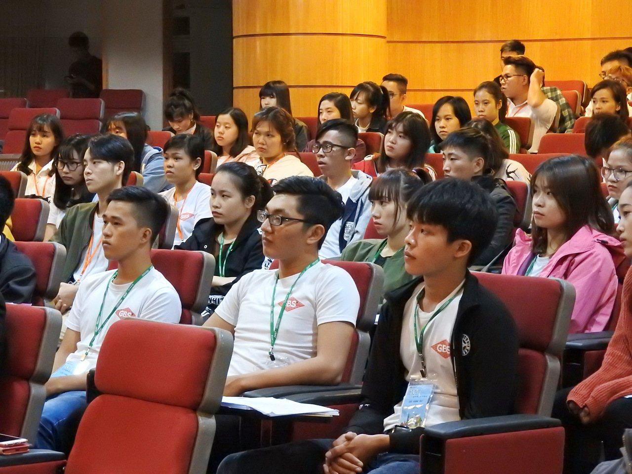 景文科大配合教育新南向政策開設越南專班昨天開學,80名越南學生仔細聆聽課程說明。...