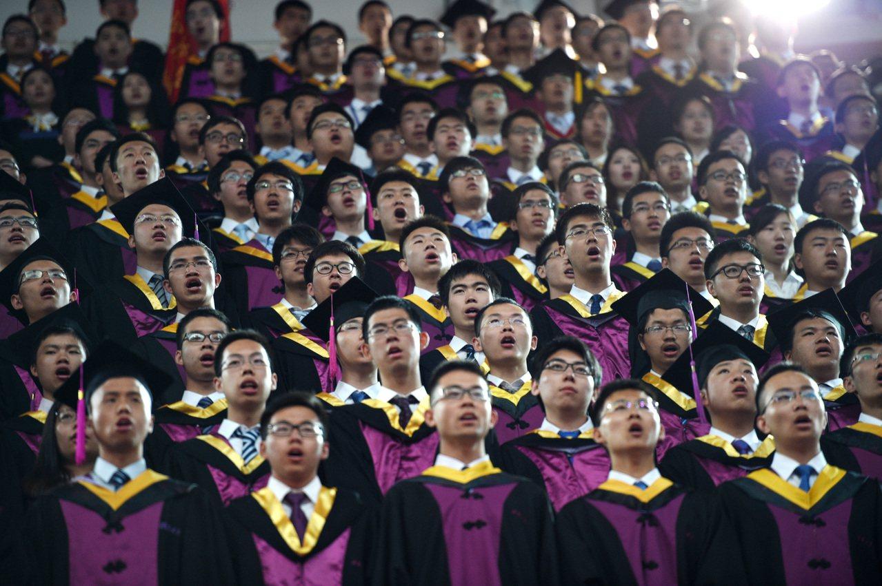 北京清華大學畢業典禮。 新華社照片