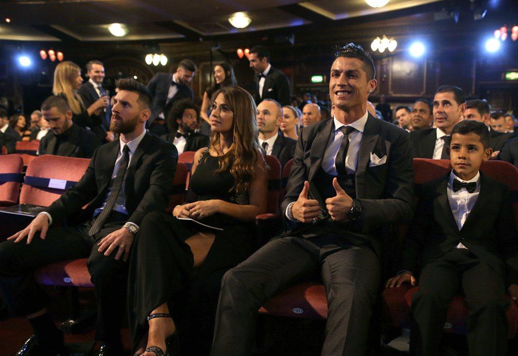 C羅(右二)帶著女友(右三)與大兒子小C羅(右)現身頒獎典禮帶來喜氣,擊敗梅西奪...