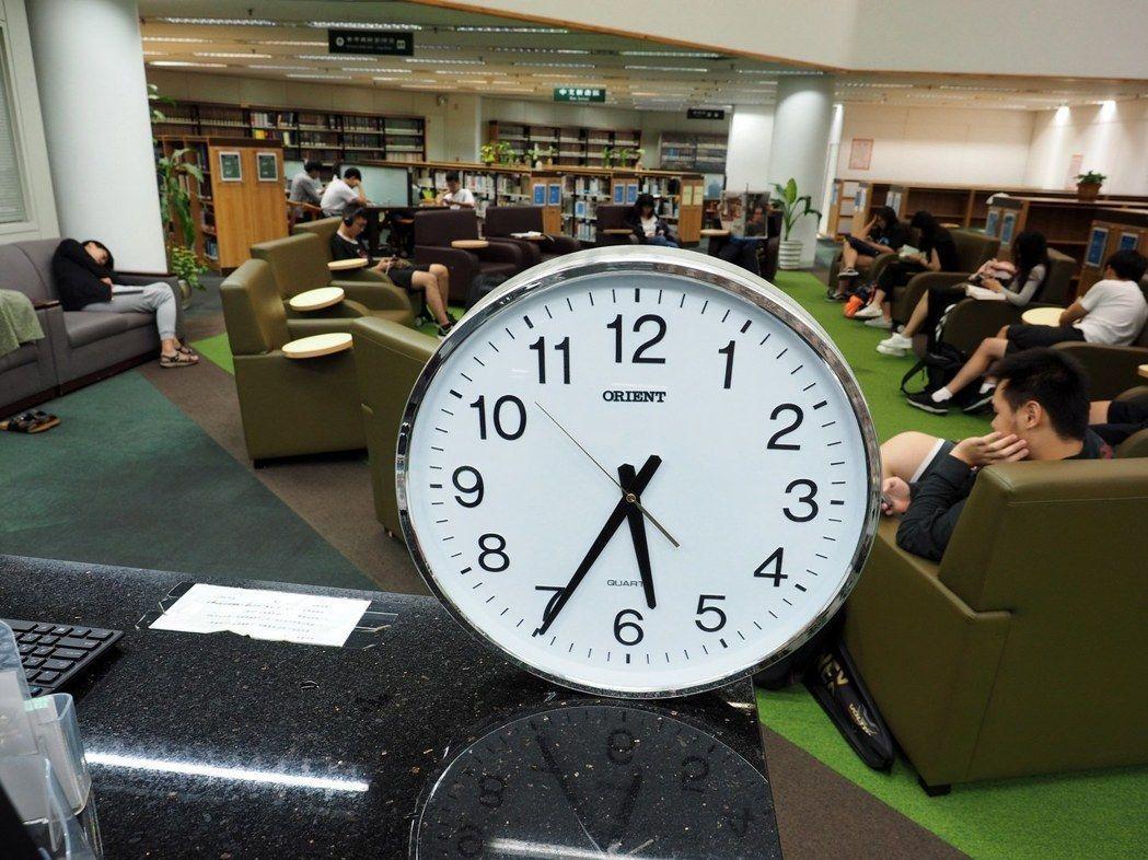有人推動更改時區,另一批網友則要求維持現狀。圖為台北一所大學圖書館擺放的時鐘。 ...