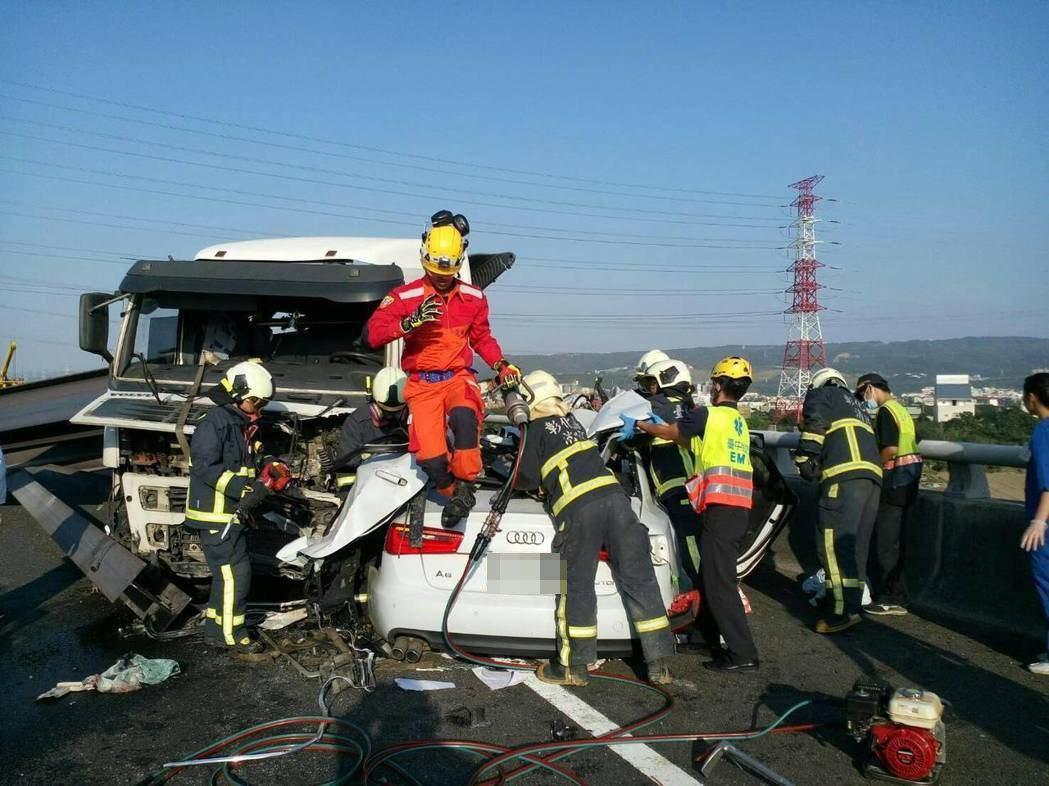 國三北上龍井和美路段發生車禍,消防人員搶救傷患。圖/和美消防分隊提供
