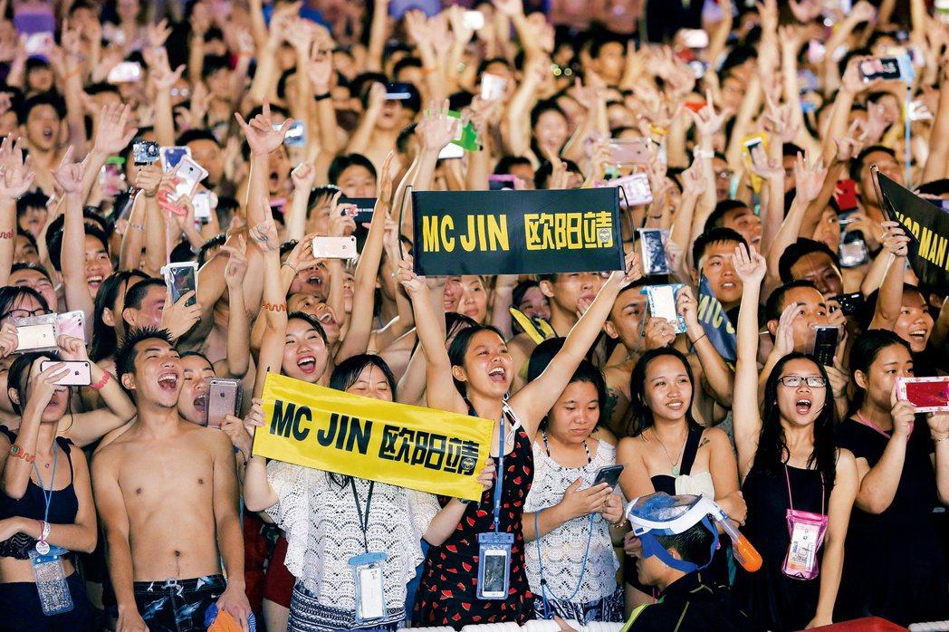 Hiphopman歐陽靖9月在廣州市一家水上樂園發布新歌MV,吸引了大量年輕粉絲...