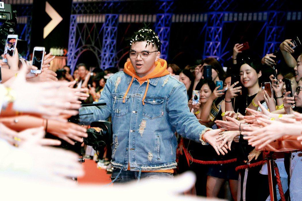 艾福杰尼參加《中國有嘻哈》後,微博粉絲已有112萬。圖為他參加節目的總決賽。(取...