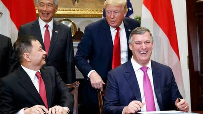 新航在白宮羅斯福廳跟波音公司下訂單買飛機,川普總統和新加坡總理李顯龍當見證人。前...