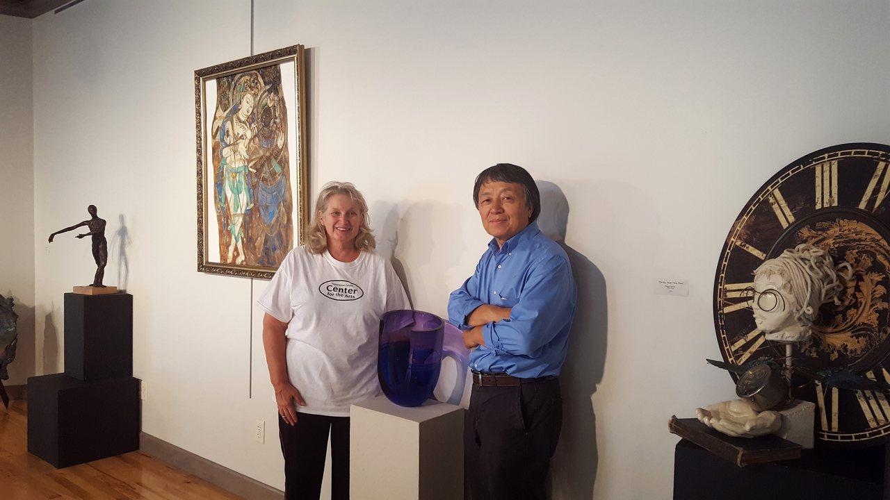甘迺迪教授(左)和孫焱教授(左)出席美國俄亥俄國際藝術交流展。(孫焱提供)
