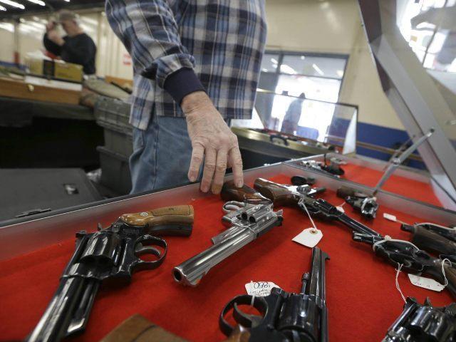 槍展時多槍枝私下交易,並未做背景調查。(美聯社)