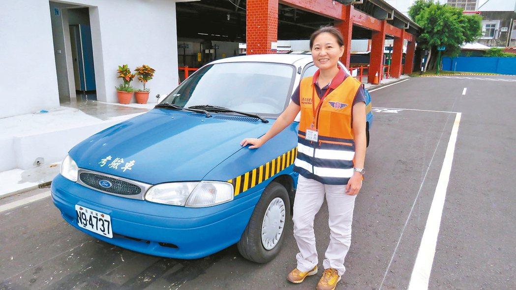 台東監理站首位女性汽車考驗官吳孟倩,讓考照的民眾十分驚訝。 記者潘俊偉/攝影