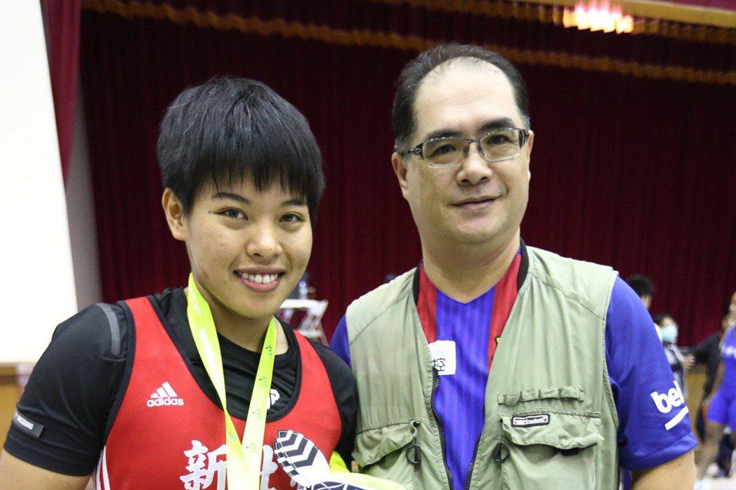 在教練林敬能(右)鼓勵下延續選手生涯的舉重女將洪萬庭(左),繼世大運奪金後,24...