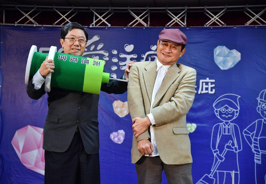 50歲以上成年人及高風險慢性病人符合公費流感疫苗資格,資深演員陳慕義(右)與台大...