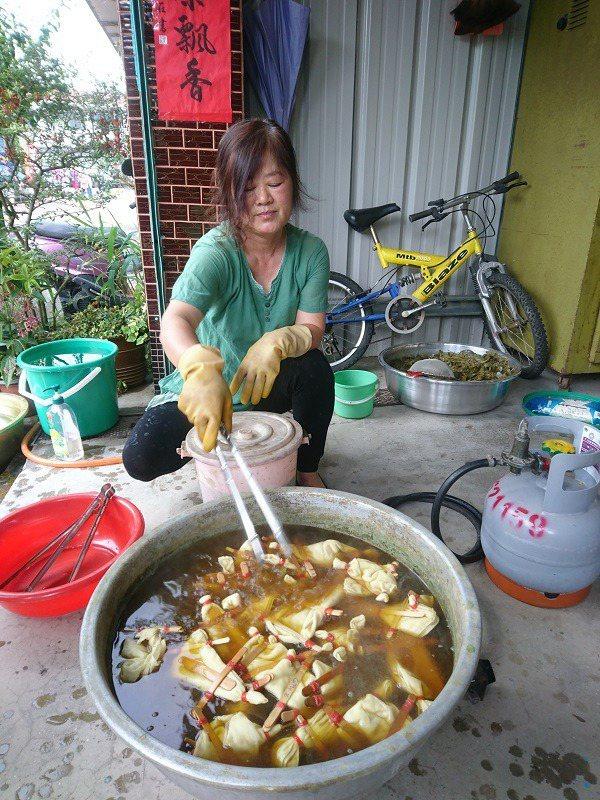 太平老街茶莊女主人為預約體驗的旅客指導「茶染」環節。 徐谷楨/攝影