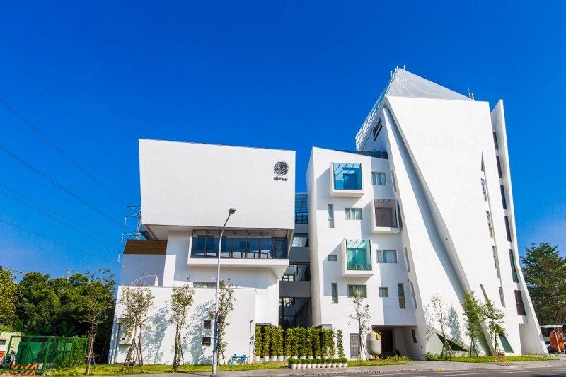 阿里山下最美飯店--白色幾何外型的「繪日之丘」。 天成文旅/提供