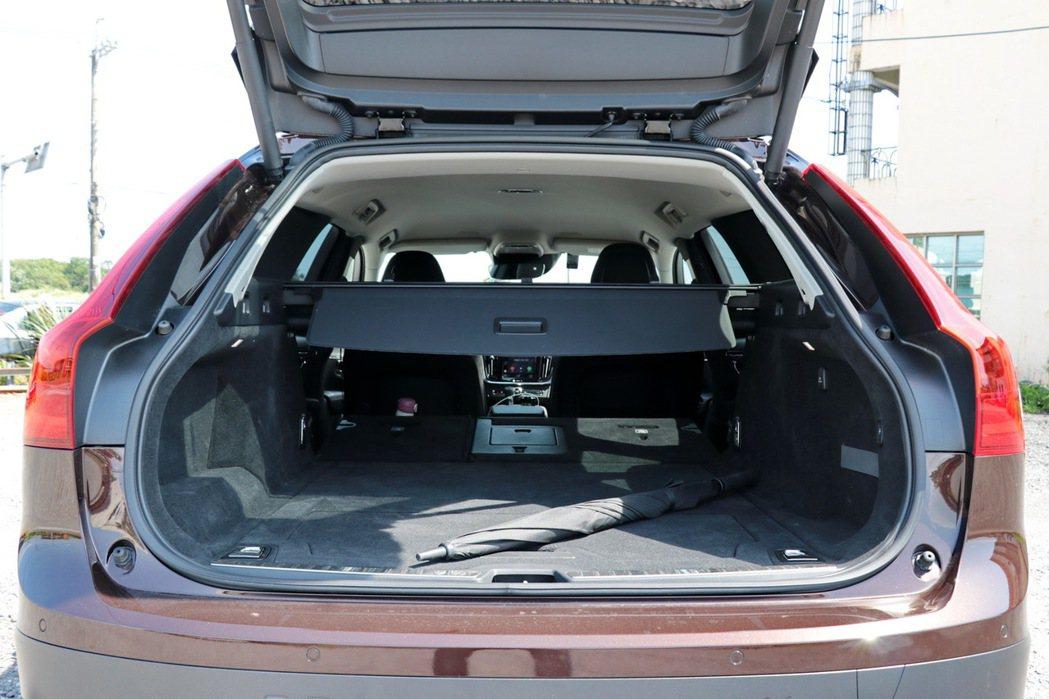 搭配後座座椅傾倒 ,更可一舉達到1526l的驚人容量。 記者陳威任/攝影