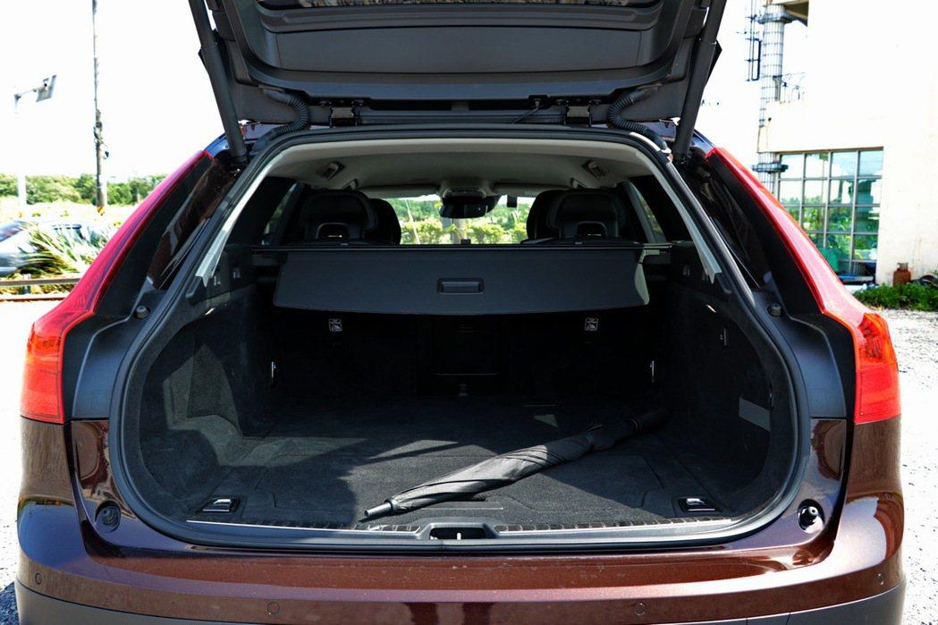 後車廂空間平整又大。 記者陳威任/攝影