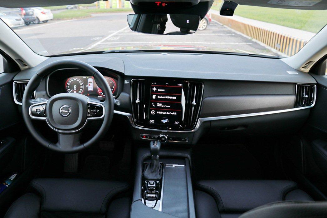 內裝也同樣維持90車系的風格,透過9吋整合觸控螢幕的中控台來取代實體按鍵,讓整個車室的視覺感受清爽不少。 記者陳威任/攝影