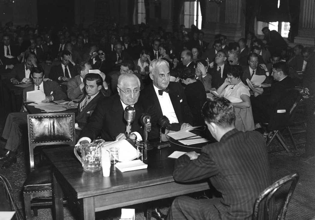 五零年代,麥卡錫主義侵襲好萊塢,被指控與共產黨有染的影視圈人員必須接受「非美活動...