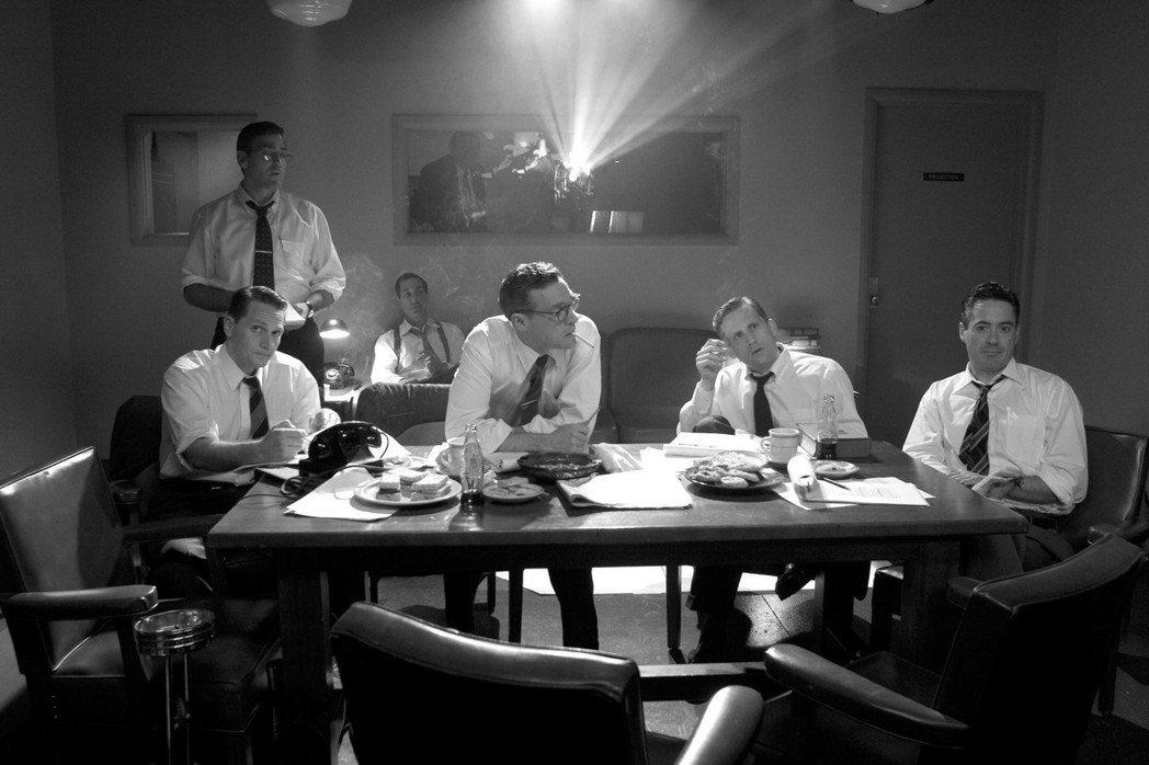 影星喬治庫隆尼自導自演的電影《晚安,祝你好運》,描述的就是麥卡錫主義時代,CBS...