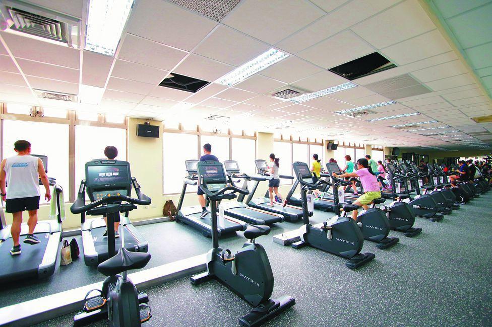 體適能中心、韻律教室器材齊全,有氧運動設備旁邊也有重訓器材,還有超大的韻律教室。