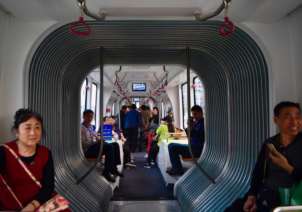 大陸首條智能軌道列車23日開放民眾試乘。 (新華社)
