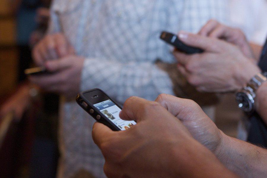 低頭族使用手機,小心藍光不只傷眼,醫學研究證實藍光會影響睡眠,容易導致失眠。(p...